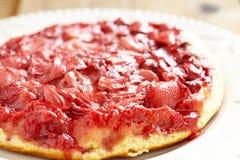 草莓倒置型水果蛋糕 库存图片
