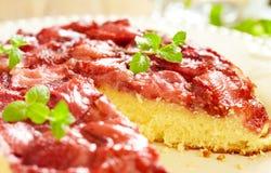 草莓倒置型水果蛋糕 免版税库存照片