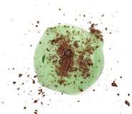 草莓冰淇凌球用在白色背景隔绝的被磨碎的巧克力,顶视图 免版税库存照片