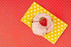 草莓冰淇凌碗 免版税库存照片