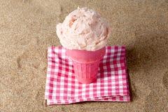 草莓冰淇凌锥体 库存照片