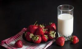 草莓和一杯牛奶 库存照片