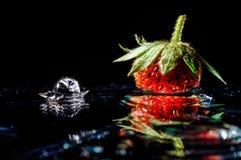 草莓和下落飞溅 免版税库存图片