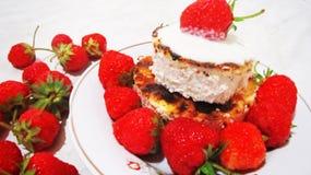 草莓和乳酪蛋糕 免版税库存图片