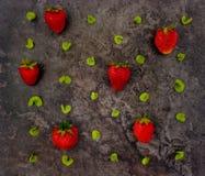 草莓和叶子的五颜六色的明亮的样式 平的位置 免版税库存图片