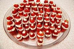 草莓和奶油圣诞老人款待 库存图片