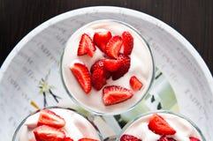 草莓和奶油色点心在圣代冰淇淋 免版税图库摄影