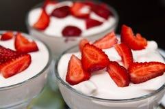 草莓和奶油色点心在圣代冰淇淋 库存照片