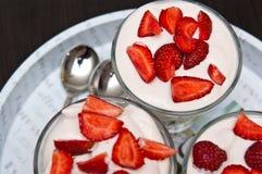草莓和奶油色点心在圣代冰淇淋 免版税库存照片