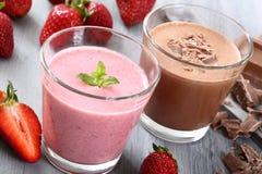 草莓和巧克力圆滑的人 免版税库存照片
