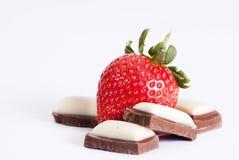 草莓和巧克力在白色 免版税库存照片