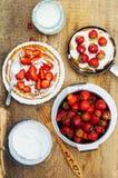 草莓和打好的奶油点心的 与stra的薄煎饼 免版税库存照片