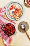 草莓和打好的奶油点心的 与stra的薄煎饼 库存图片
