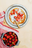 草莓和打好的奶油点心的 与stra的薄煎饼 图库摄影