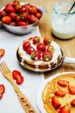 草莓和打好的奶油点心的 与stra的薄煎饼 库存照片