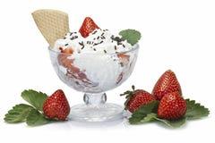 草莓和打好的奶油 免版税库存图片