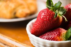 草莓和新月形面包 免版税库存图片