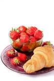 草莓和新月形面包 免版税库存照片