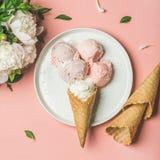 草莓和椰子饯奶油,锥体,白色牡丹 方形庄稼 库存照片