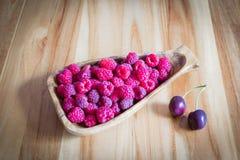 草莓和樱桃板材  图库摄影