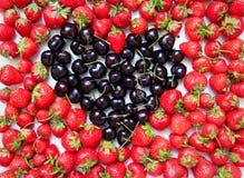 草莓和樱桃 免版税库存照片
