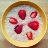 草莓和燕麦粥 免版税库存图片