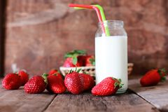 草莓和牛奶在玻璃 图库摄影