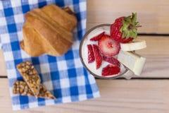 草莓和牛奶在玻璃 免版税库存照片