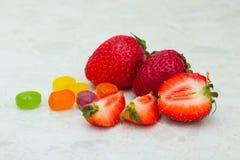 草莓和糖果 免版税库存照片