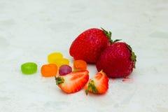 草莓和糖果 库存图片
