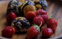 草莓和自创曲奇饼 免版税库存照片