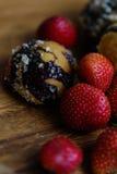 草莓和自创曲奇饼 库存照片
