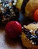 草莓和自创曲奇饼 图库摄影
