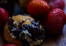 草莓和自创曲奇饼 免版税库存图片