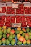草莓和芒果 库存图片