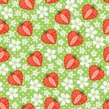 草莓和花,在无缝的样式的圆点的心脏 免版税库存照片