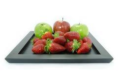 草莓和苹果静物画 免版税库存照片