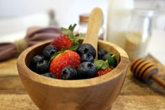 草莓和蓝莓在一个木碗 库存图片