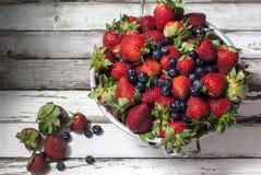 草莓和蓝莓在桌上 库存照片