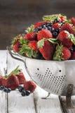 草莓和蓝莓在桌上 免版税库存照片