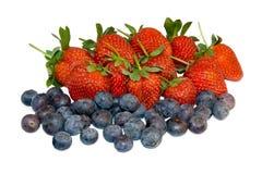 草莓和蓝莓在白色背景 免版税库存照片