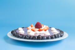 草莓和蓝莓蛋糕 免版税图库摄影