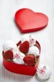 草莓和蛋白甜饼为情人节 免版税库存图片