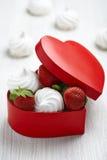 草莓和蛋白甜饼为情人节 免版税图库摄影
