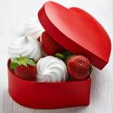草莓和蛋白甜饼为情人节 图库摄影