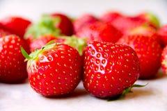 草莓和要被吃 免版税库存图片