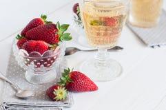 草莓和酒 库存照片