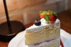 草莓和黑醋栗蛋糕 免版税库存图片