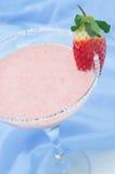 草莓圆滑的人在鸡尾酒杯垂直的选择聚焦 免版税库存图片