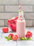 草莓圆滑的人或奶昔在一个玻璃瓶 库存图片